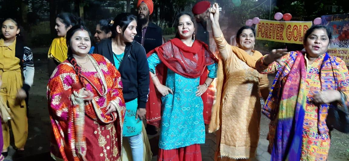गिद्दा करके लोहड़ी सेलिब्रेट करती पंजाबी समाज की महिलाएं।