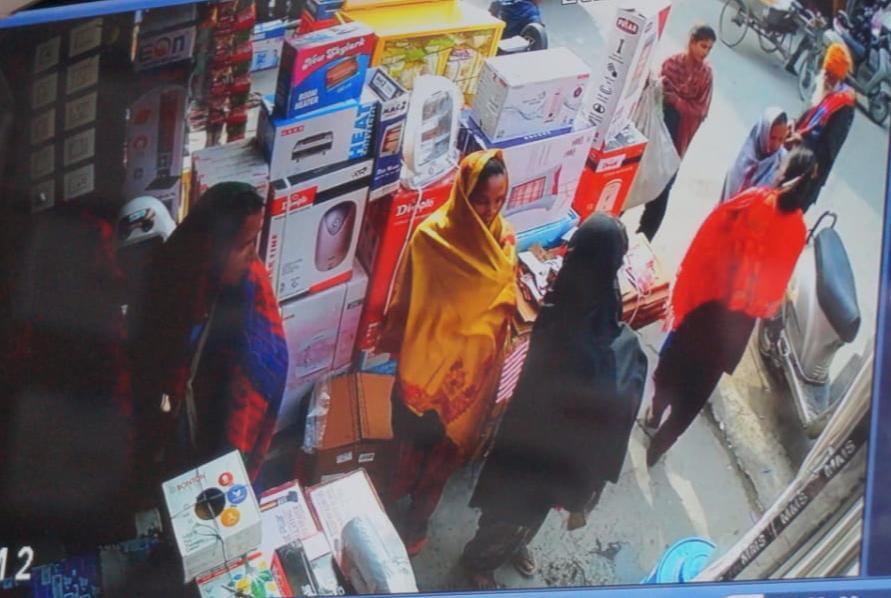 CCTV में दुकान के अंदर खड़ी महिलाएं। पीले शॉल वाली महिला ने ही तार का बंडल उठाया