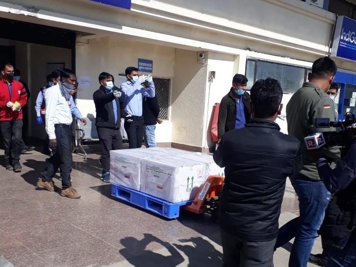 भोपाल एयरपोर्ट से वैक्सीन कमला पार्क स्थित स्टोर ले जाई गईं।