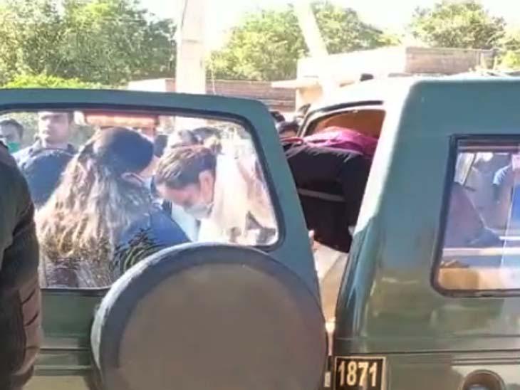 श्मशान स्थल पर कार से उतरती कैप्टन अंकित की पत्नी।