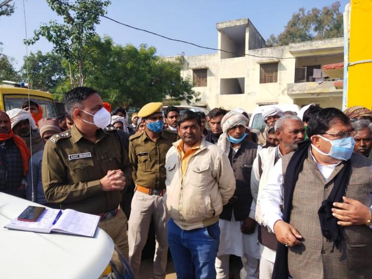 सामरी गांव में अस्पताल में जुटे ग्रामीण तथा कार्रवाई करती पुलिस।