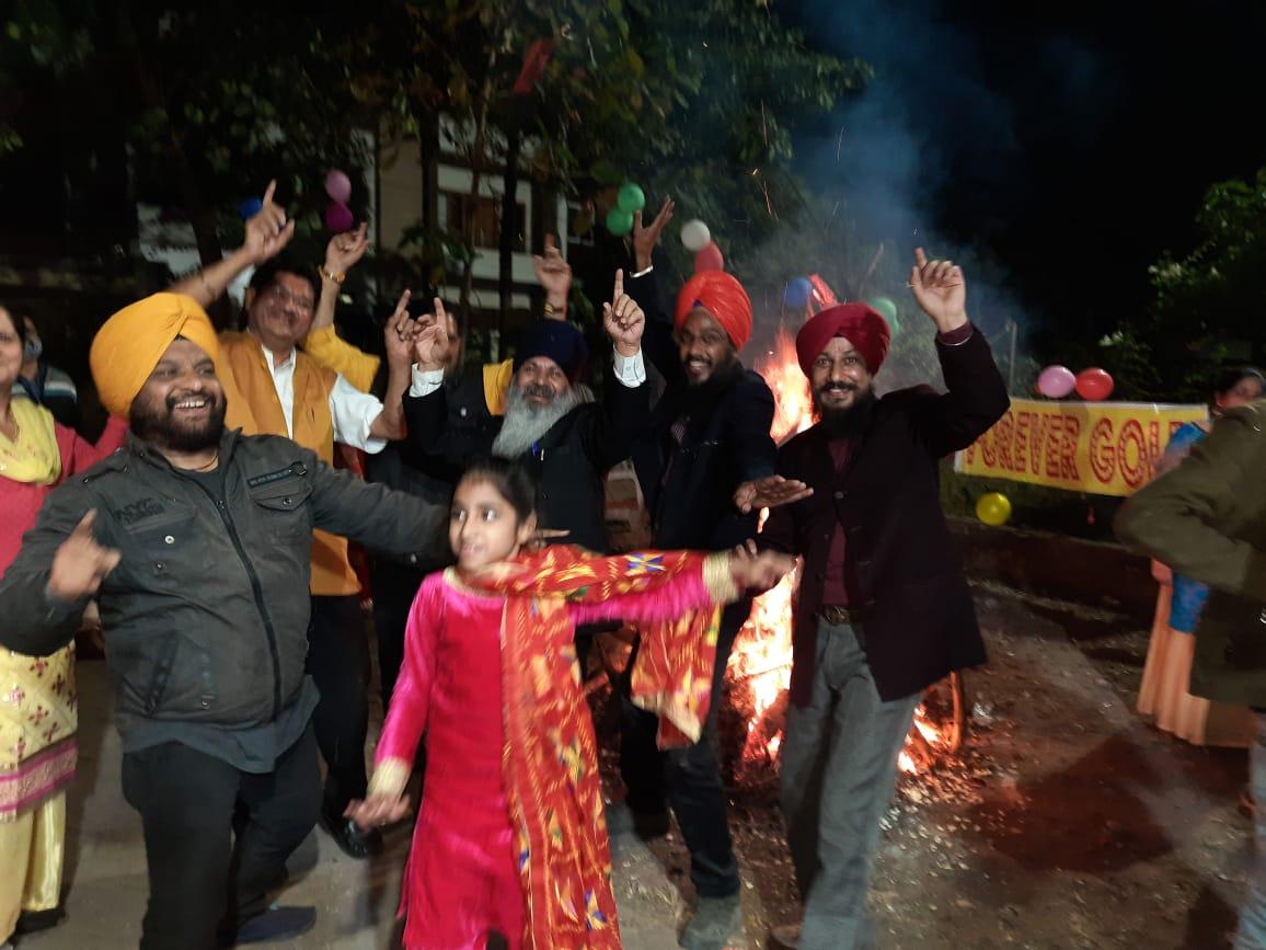 लोहड़ी जलाकर भांगड़ा गिद्दा करते पंजाबी समाज के लोग।
