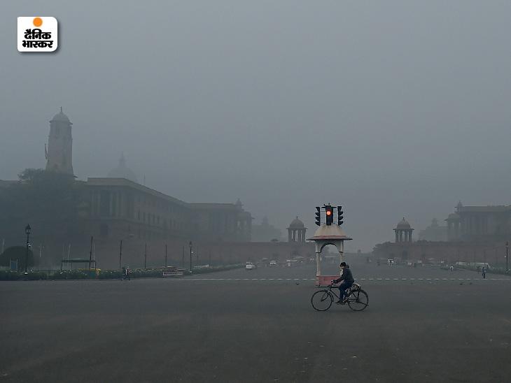 दिल्ली: विजय चौक, नॉर्थ और साउथ ब्लॉक और राष्ट्रपति भवन पूरी तरह से कोहरे में डूबे रहे।
