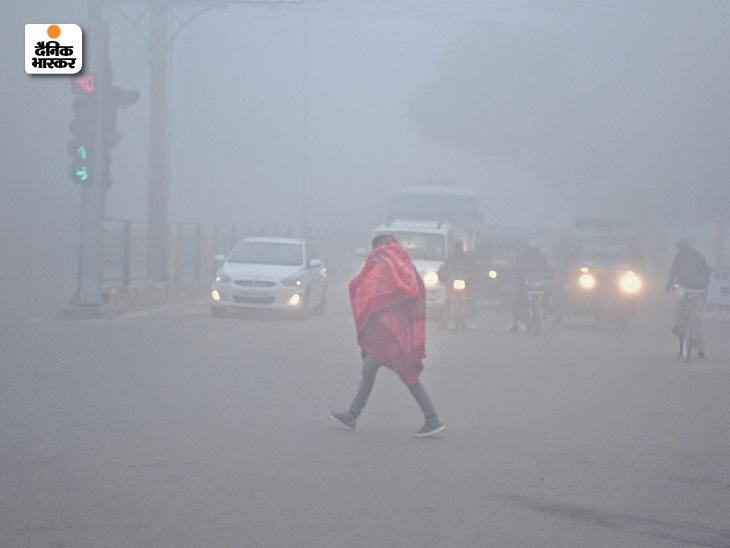 हिसार के आईजी चौक पर सुबह 7.30 बजे धुंध के कारण वाहनों की लाइटें जलानीं पड़ी।