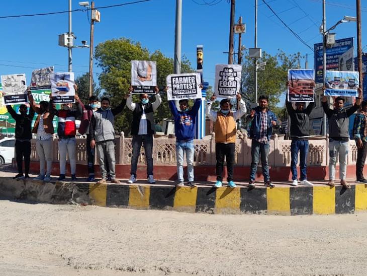 यूथ कांग्रेस कार्यकर्ताओं ने किया प्रदर्शन और कृषि बिलों की प्रतियां जलाईं।