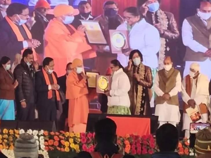 मुख्यमंत्री याेगी ने महोत्सव के कलाकारों व अन्य लोगों को सम्मानित किया।