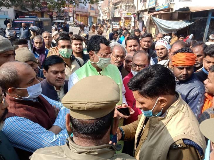 आक्रोशित लोगों से वार्ता करते पुलिस अधिकारी।