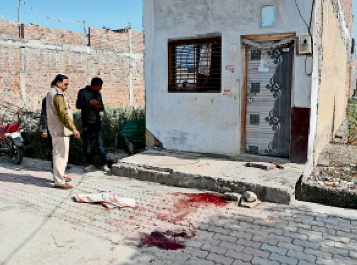 घटनास्थल पर फैला खून और वह बेलन, जिसे महिला के गले में ठूंसा गया।