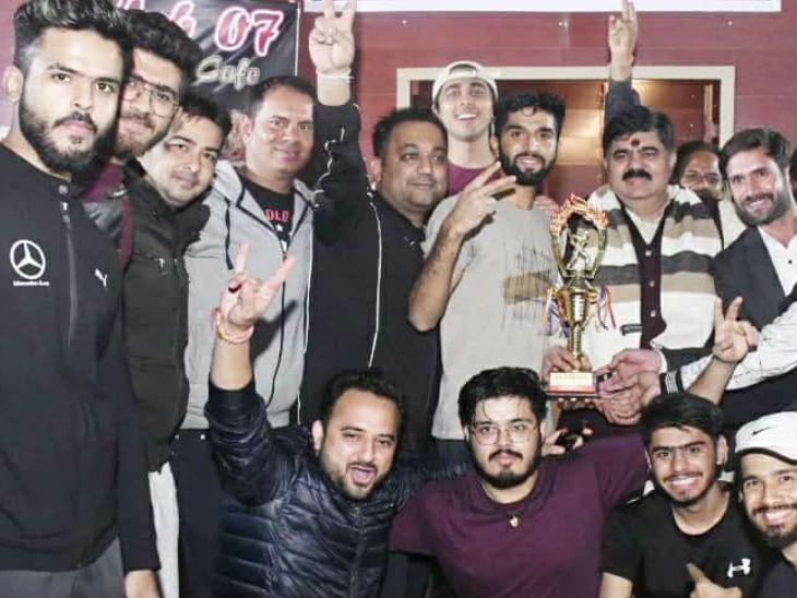 विजेता टीम को पुरस्कृत करते दुर्गेश केसवानी।