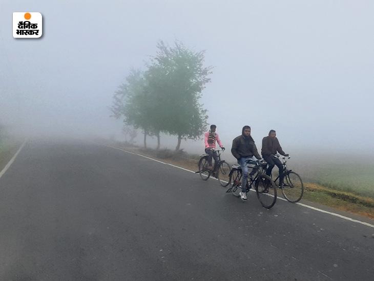 कोहरे में डूबी पटना के गोला रोड की सड़क।