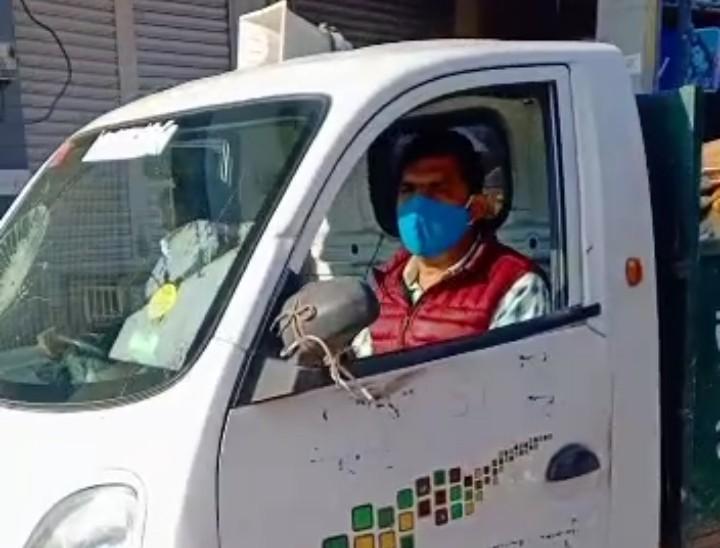 गाड़ी में बैठकर कचरे डालने की कहते हुए वार्ड पार्षद।