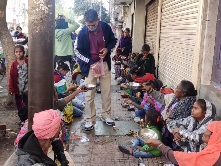 उत्तरायण पर दान-दक्षिणा का महत्व है। शहर में जगह-जगह लोग पकवान बांट रहे हैं।