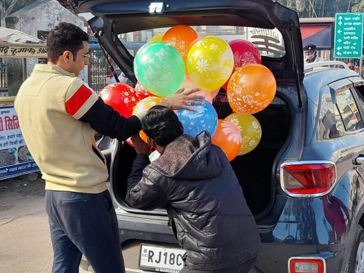 छोटे बच्चों के लिए परिजन गुब्बारे लेकर पहुंचे।