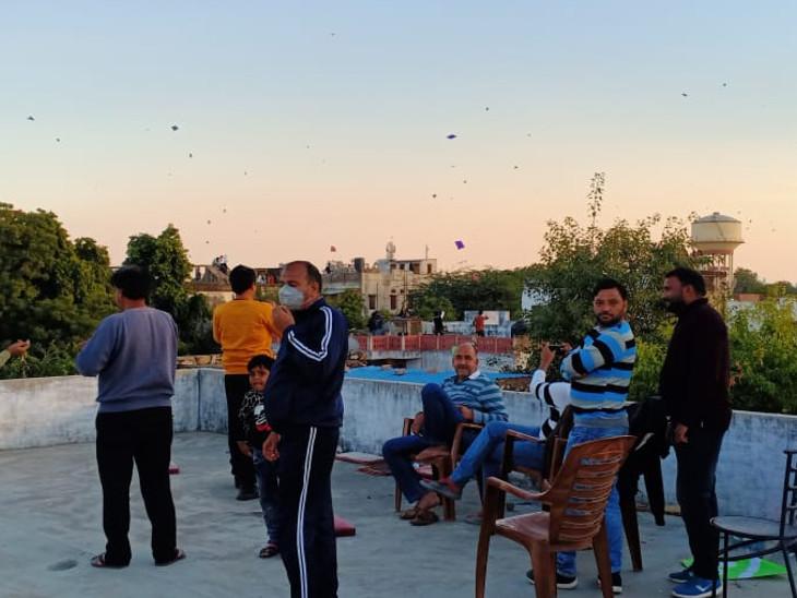 जयपुर के चौमूं में भी छतों पर लोग कुछ इस तरह पतंगबाजी में मशगूल रहे।