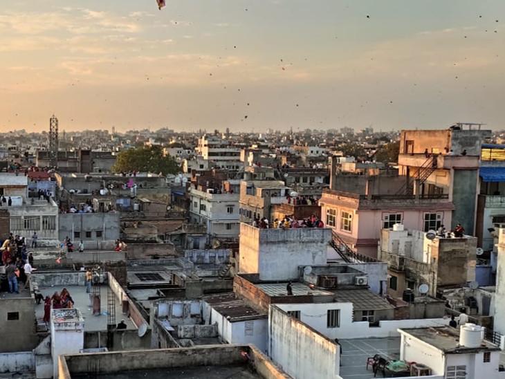 जयपुर में देर शाम तक लोग अपनी छतों पर पतंगबाजी करते नजर आए।