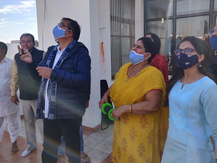 जयपुर में लोगों ने परिवार के साथ पतंगबाजी की। कोरोना को देखते हुए लोगों ने मास्क भी पहन रखे थे।
