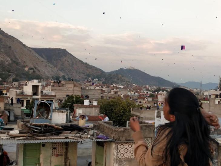 जयपुर का आसमान पतंगों से पटा नजर आया। लड़कियों ने भी बढ़-चढ़कर पतंगबाजी में हिस्सा लिया।