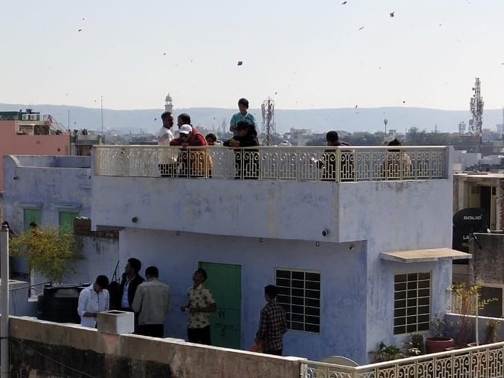 पतंग उड़ाने और पेंच लड़ाने के लिए दिन भर लोग अपनी छत पर डटे रहे।