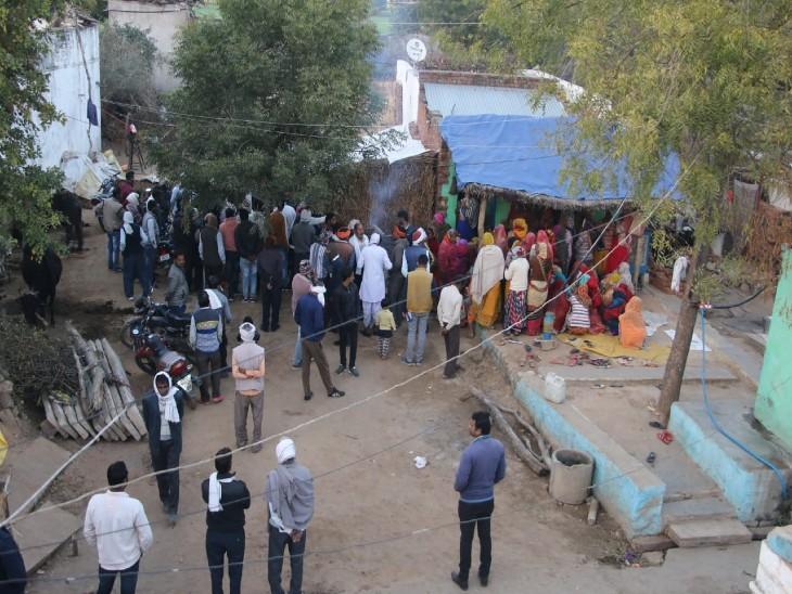 गांव में पीड़ित के घर बाहर भीड़ लगी रही।