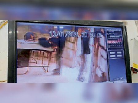 सीसीटीवी फुटेज में कैद बैग उठाता अपराधी।