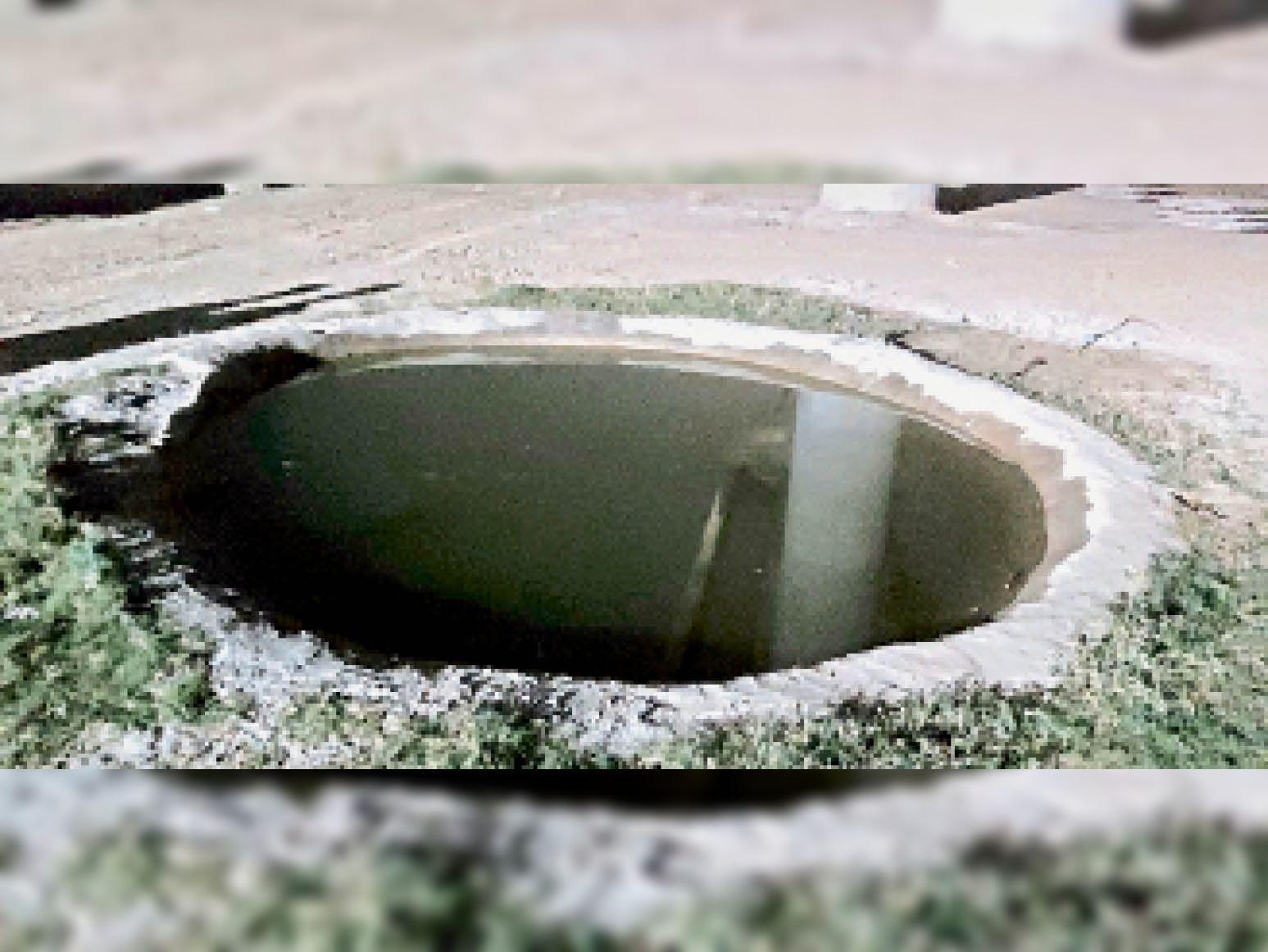 निर्माण स्थल पर पानी स्टोर करने के लिए इस तरह बनाया गया है गड्ढा, जिसकी कोई घेराबंदी नहीं है।