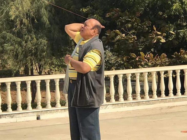 पतंग उड़ाते हुए गुजरात के पूर्व मुख्यमंत्री शंकर सिंह वाघेला।