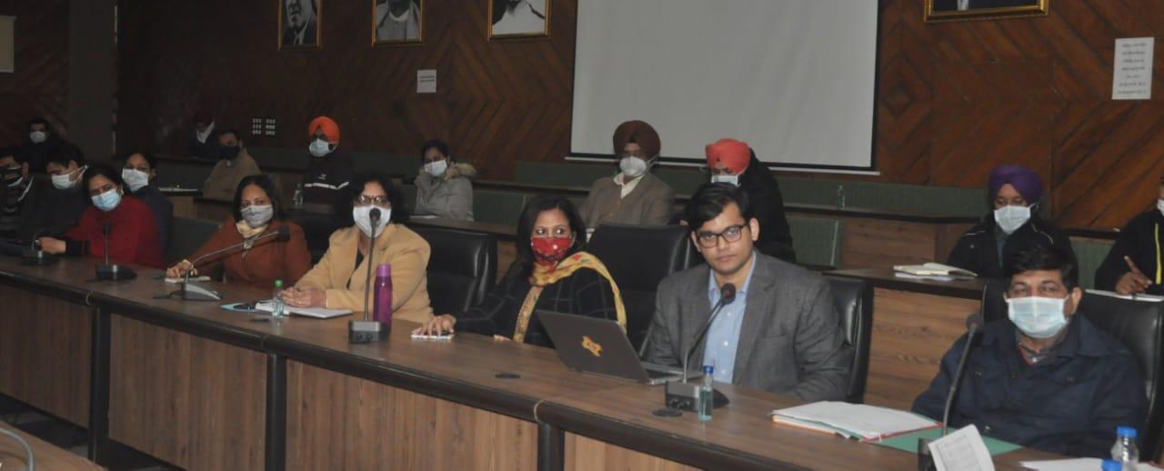 बैठक में मौजूद सेहत अधिकारी