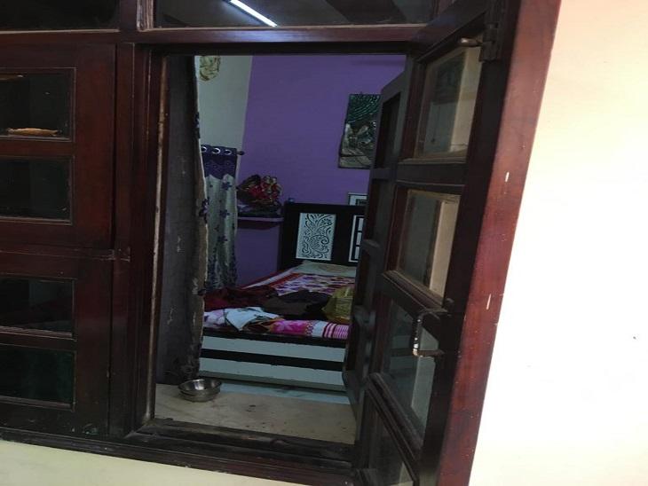 बैडरूम, जिसकी खिड़की से अंदर घुसे चोर।