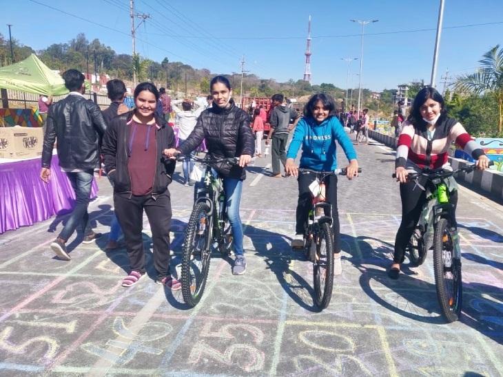 काइट फेस्टिवल में बालिकाओं ने साइकिल चलाई।