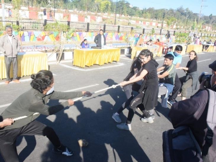 कार्यक्रम में रस्साकसी की प्रतियोगिता भी हुई।
