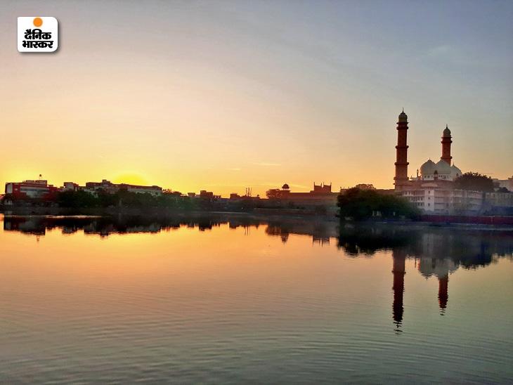 मध्यप्रदेश की राजधानी भोपाल में ठंड ने फिर दस्तक दे दी है। पुराने भोपाल में स्थित ताज उल मस्जिद के पास तालाब का फोटो।
