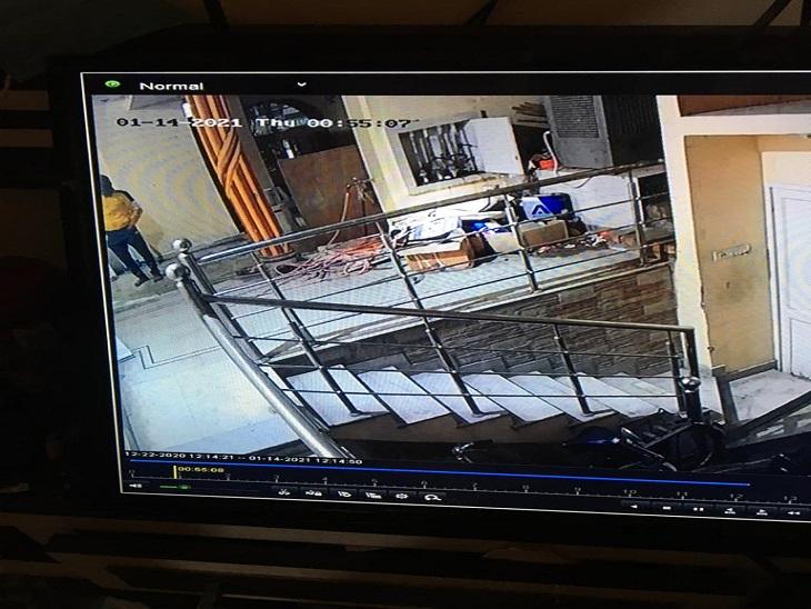 एक फुटेज में कोने में मंकी कैप पहने दिख रहा चोर।