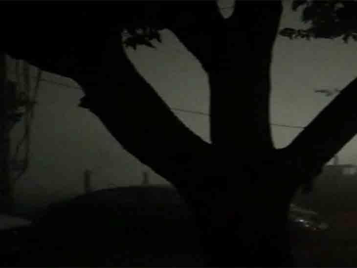 रात में गहरा कोहरा छा जाने से गाड़ियों की स्पीड कम हो गई।