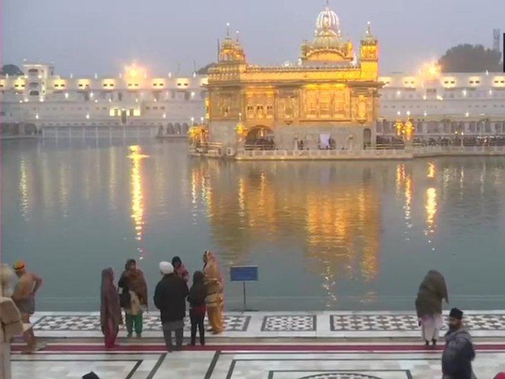 पवित्र सरोवर में स्नान करने के पश्चात श्री गुरु ग्रंथ साहिब जी के आगे नतमस्तक होकर आशीर्वाद प्राप्त किया।