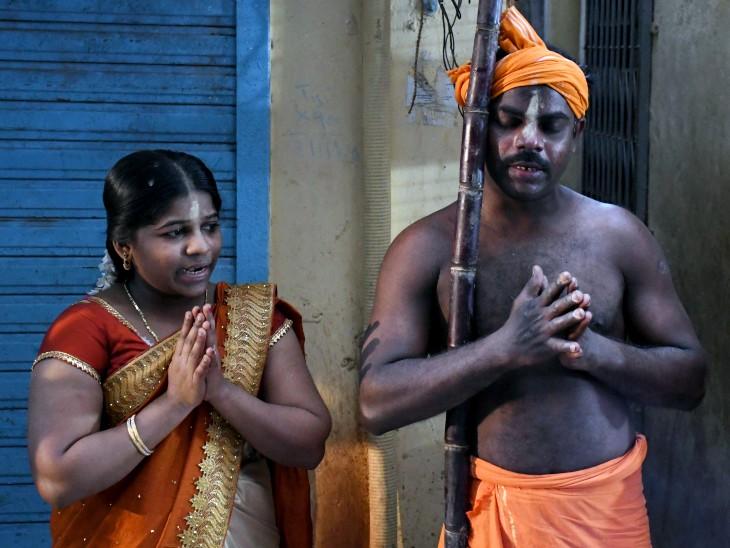 मुंबई के धारावी में एक पति-पत्नी पोंगल मनाते हुए।
