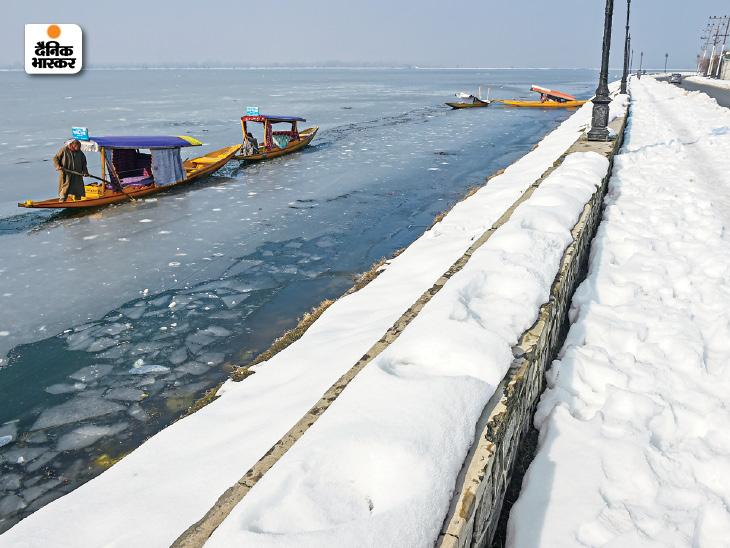 डल झील जमने से शिकारा चलाने वालों का व्यवसाय ठप हो गया है।