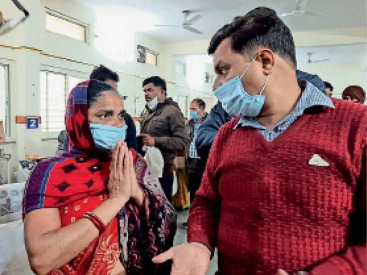 युवक की बुआ ड्यूटी डॉक्टर के सामने गिड़गिड़ाते हुए बोली-डॉक्टर इसके दो छोटी बेटियां, दो छोटे बच्चे हैं, पिता भी नहीं हैं, इसे बचा लो