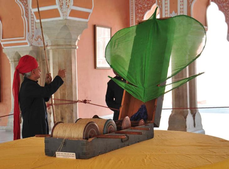 जयपुर के सिटी पैलेस में महाराजा रामसिंह की डेढ़ सौ साल पुरानी तुक्कल पतंग और चरखियां।