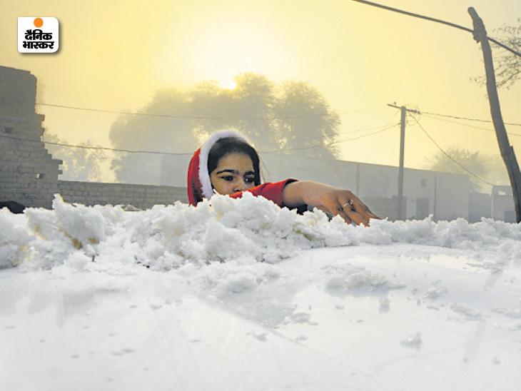 श्रीगंगानगर में घर के बाहर खड़ी कार के ऊपर रातभर में बर्फ की मोटी चादर बिछ गई।
