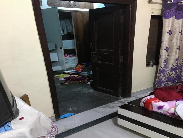 स्टोर रूम के अंदर रखी अलमारी और बिखरा पड़ा सामान।
