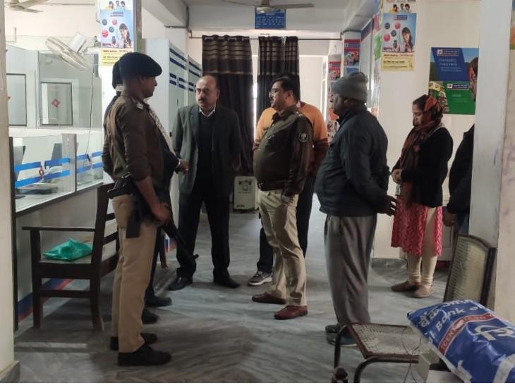 पोस्टमार्टम के लिए SKMCH में मौजूद पुलिस अधिकारी।