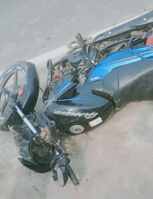 हादसे के बाद सड़क पर पड़ी बाइक।