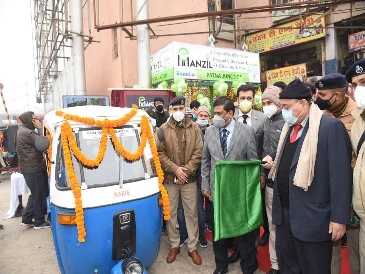 प्रीपेड ई-रिक्शा सेवा की शुरुआत करते रेल के वरीय अधिकारी। - Dainik Bhaskar
