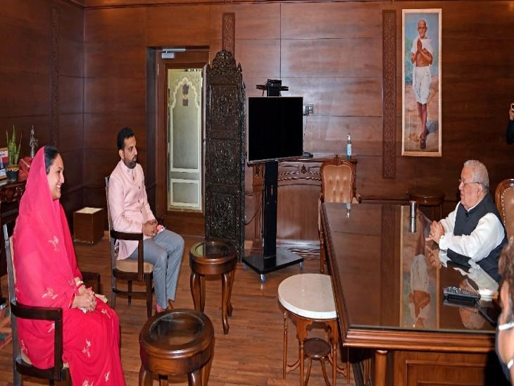 राज्यपाल कलराज मिश्र से पत्नी निवृत्ति कुमारी के साथ मुलाकात करते लक्ष्यराज सिंह मेवाड़।