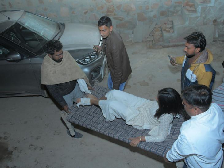 गांव के लोगों ने घायलों को खाट की मदद से अस्पताल पहुंचाया।