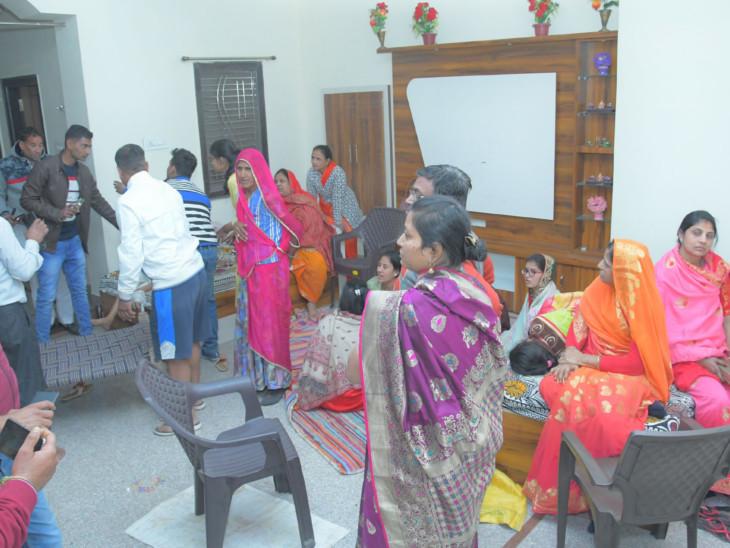 बस मे सवार लोगों को महेशपुरा गांव के एक घर में ठहराया गया।