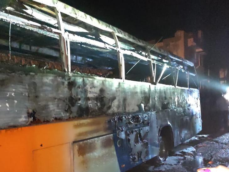 बस में सवार यात्रियों को एक दूसरे को पकड़ने के कारण करंट फैलता गया।