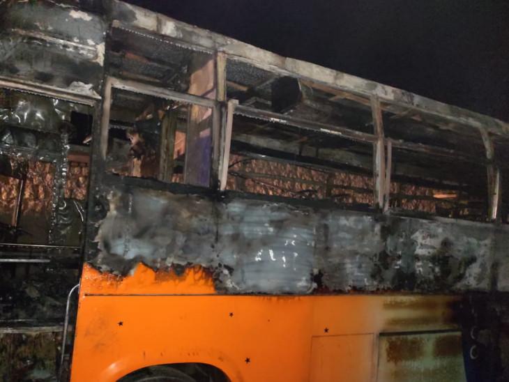 बस में आग इतनी तेजी से फैली की यात्री कोई भी अपना सामान बाहर नहीं निकाल पाया।