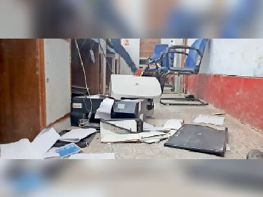 बैंक ऑफ इंडिया के गोलमा शाखा में क्षतिग्रस्त सामान।