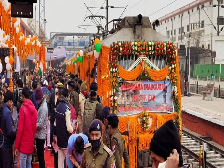 PM मोदी नेVC के जरिये हरी झंडी दिखाकर काशी-केवड़िया सुपर फास्ट ट्रेन की सौगात दी, जनरल श्रेणी का किराया 470 रुपए|वाराणसी,Varanasi - Dainik Bhaskar
